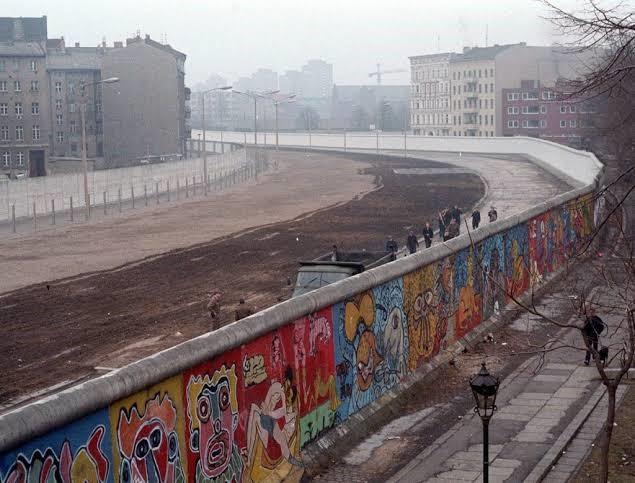 Um símbolo para o parto da pós-modernidade: o muro de Berlim, vencido e reaproveitado enquanto suporte para uma arte livre, popular, urbana e colorida.