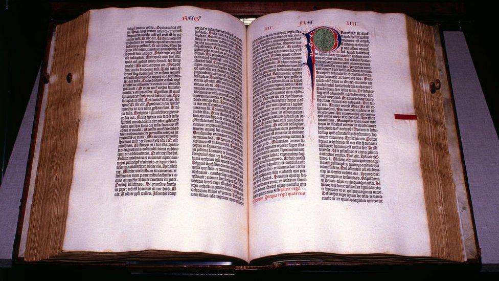 Figura 1: Bíblia de 42 linhas – Impressão tipográfica – Johannes Gutenberg