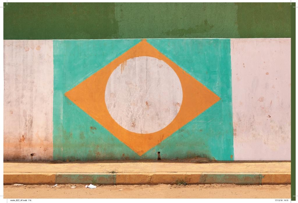 bandeira do brasil pintada em parede durante a copa do mundo devastada incompleta