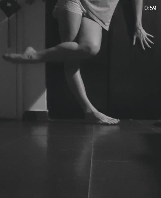 A artista enquadra os pés e dança para a lente