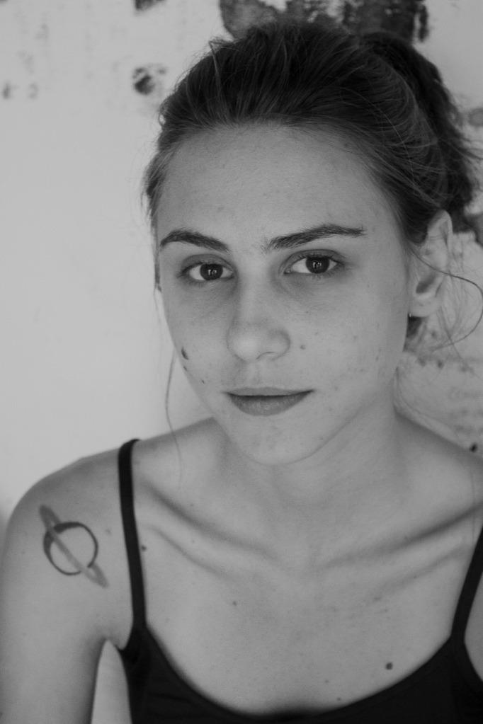 artista lia petrelli auto retrato preto e branco