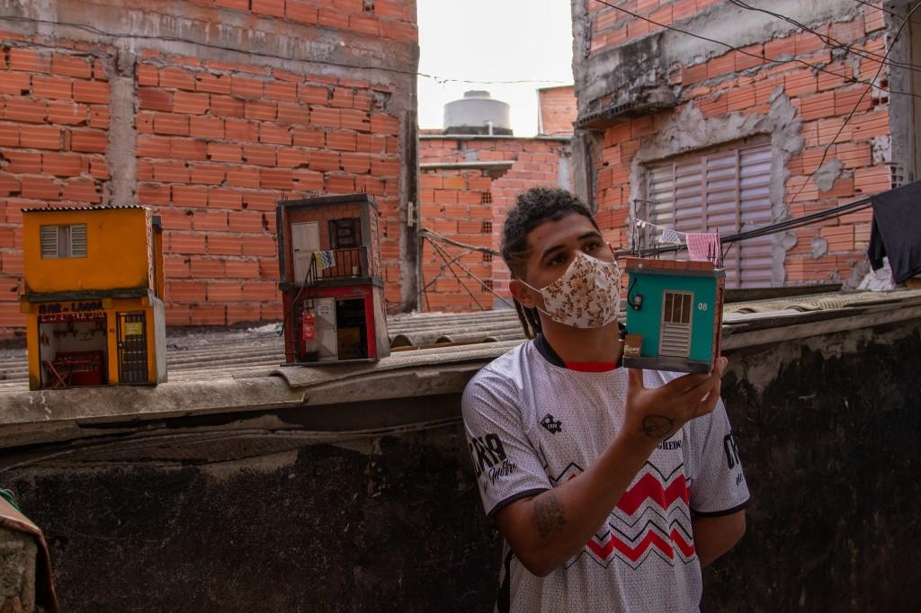 Marcelino posa com uma das casinhas - por Léo Britto