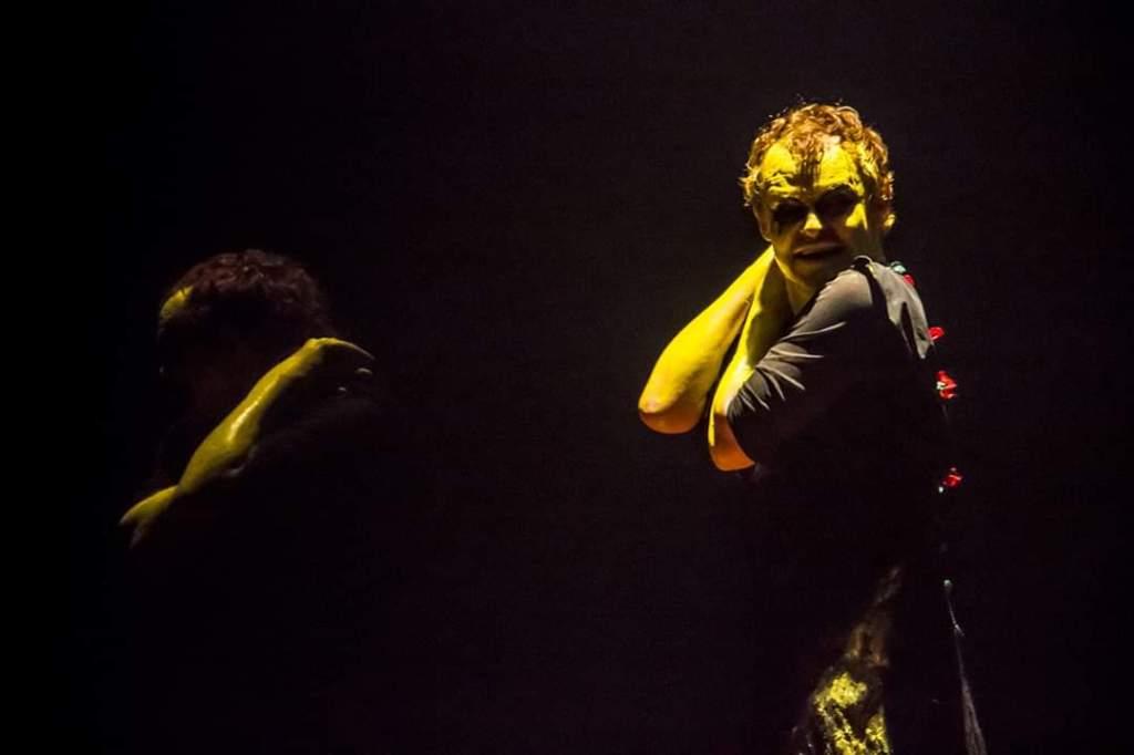"""Acervo da produção / Imagens do """"Conscerto"""" sendo realizado em palco."""