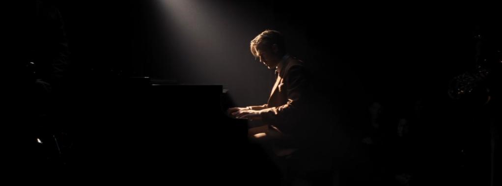 Figura 32. Jogo de luzes (escuro) – Sebastian ao piano