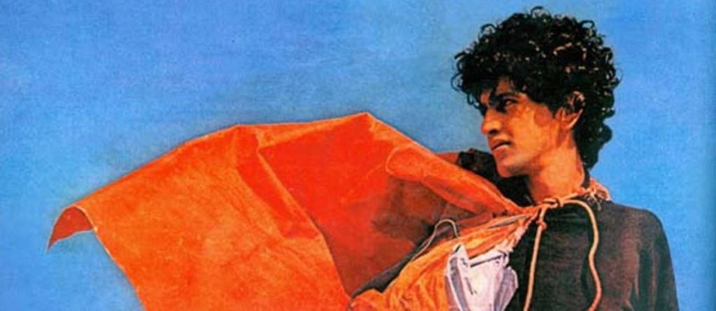 Caetano Veloso veste um dos primeiros parangolés. A relação estreita entre os dois artistas inspirou Veloso a batizar o título da canção Tropicália, termo criado por Oiticica
