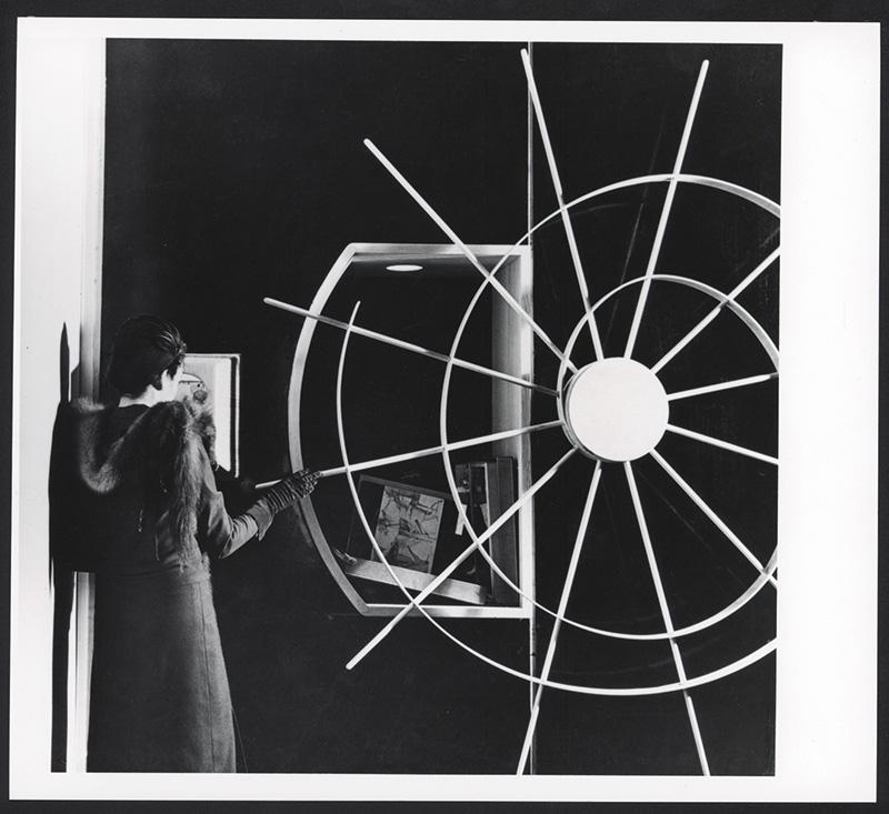 """Fig 13. Mecanismo para ver """"Boîte-en- valise"""" de Marcel Duchamp, Galeria Cinética, The Art of This Century Fonte http://www.dreamideamachine. com/en/?p=24375"""