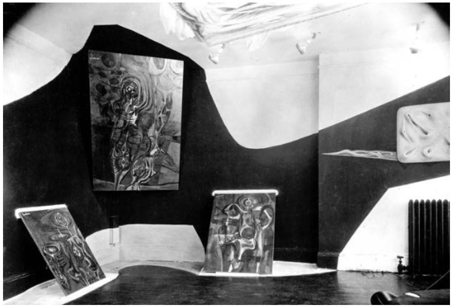 """Fig 17. Exposição """"Bloodflames"""", Nova York, 1947 Fonte PHILLIPS, Stephen J. Elastic Architecture - Frederick Kiesler and Design Research in the First Age of Robotic Culture. The MIT Press. London. 2017. p.189"""