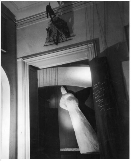 Fig 21. Entrada para o Salão de Superstições com a Figura Antitabu Fonte KRAUS, Eva Kraus.