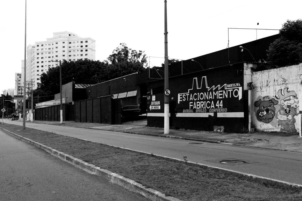 Imóvel de uma antiga fábrica convertida em estacionamento na Av. Industrial, via paralela à linha férrea, próximo à Estação Celso Daniel em Santo André