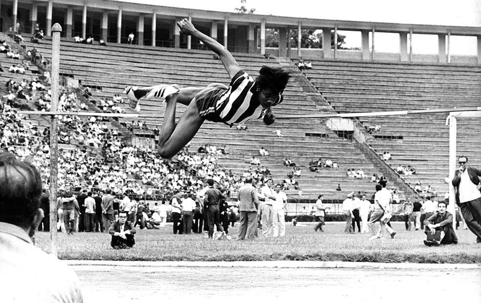 Aída dos Santos saltando em Tóquio, em 1964