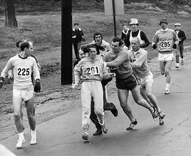 Homens tentam forçar Kathrine Switzer fora do percurso da maratona de Boston, em 1967. K. Switzer foi a primeira mulher a correr uma maratona oficialmente – não porque abriram as inscrições para mulheres, mas sim por ela ter decidido correr de qualquer forma