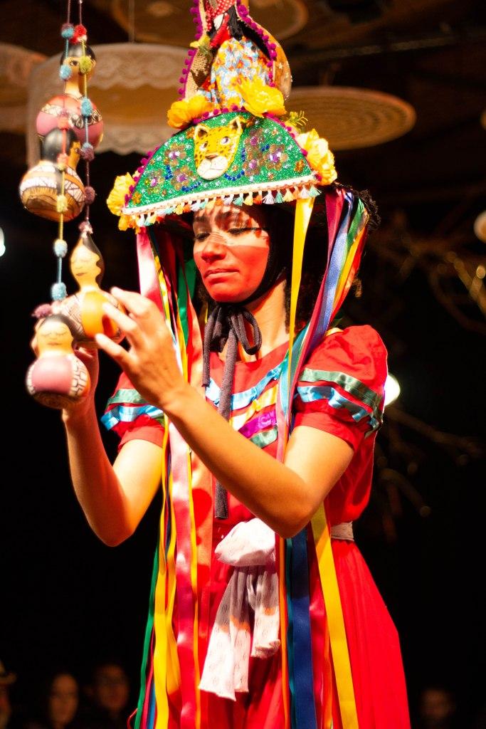 Cícera - Obra do Grupo Contadores de Mentira. Em cena a atriz Daniele Santana, trata as tradições de guerreiro e a cultura afro indigena da região de Alagoas