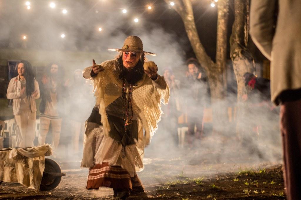 E(s/x)tirpe 2018 - A atriz Narany Mireya faz a dança ancestral de assentamento. O grupo Contadores de Mentira conquistou a cessão de área do terreno onde agora está situado o novo teatro contadores de Mentira. Rito de Assentamento